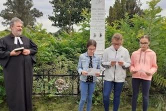 Benka Gyula síremlékénél a 7. évfolyam